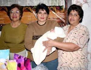 Margarita Muñoz de Esquivel acompañada de Esperanza Espino y Rosario Fierro, quienes le ofrecieron una fiesta de bienvenida por el nacimiento de su hija María Isabel