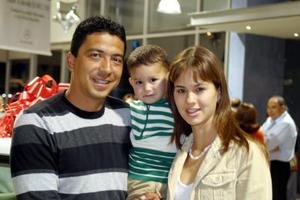 <b>09 de diciembre de 2004</b> <p> Salvador Mariscal, Lorena Murra de Mariscal y Salvador Mariscal  Murra.