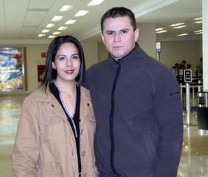 Hortensia Mora Cervantes viajó a Miami y fue despedida por Javier Moya Martínez.