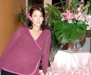 Karla Córdova de Tafoya en la fiesta de canastilla que le ofrecieron.