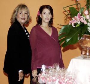 <b>09 de diciembre de 2004</b> <p> Karla de Tafoya y su mamá Rosalinda Aparicio de Córdova.