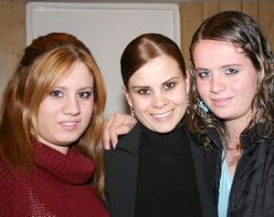 <b>10 de diciembre de 2004</b><p> Susy y Paty Salum Castillo acompañaron a su hermana Brenda Salum, en su última despedida de soltera