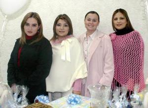 Mayela Espinoza de Romo acompañada de unas amigas el día de la fiesta que le ofrecieron por el próximo nacimiento de su bebé.