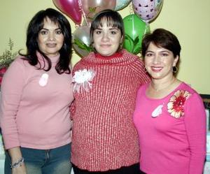 Sonia Silveyra  de Reyes en compañía de María Guadalupe Arredondo Villarreal y Andrea Gómez de Reyes, quienes le ofrecieron una fiesta de canastilla .