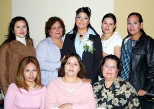 <b>10 de diciembre de 2004</b> <p> Xóchitl de la Cruz, en compañía de algunas de las asistentes a su fiesta dedespedida de soltera