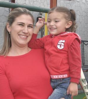 Martha Beatriz Cgávez de Montellano con su hijita Mariana Montellano Chávez , captadas en reciente festejo.