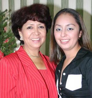 Aída Sánchez Rentería acompañada de su mamá el día de su cumpleaños.