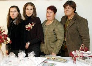 Fátima Argelia Morán García contrajo matrimonio el 11 de diciembre con Cuauhtémoc Rodríguez y por tal motivo recibió felicitaciones en la despedida de soltera que prepararon en su honor.