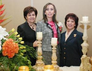 La futura novia Sandra Graciela González acompañada de las señoras Graciela Iturriaga de González y Luz María Gómez de Nieto.