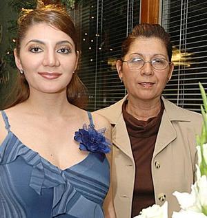 <b>11 de diciembre de 2004</b><p> Aída Dabdou Rosales disfrutó de su fiesta de despedida.