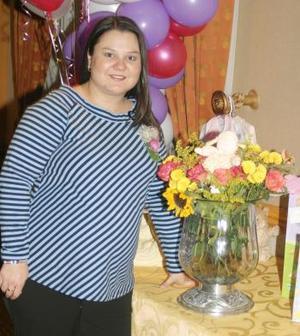 <b>11 de diciembre de 2004</b> <p> Claudia Villñalobos de Pedroza captada en su fiesta de canastilla.