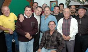 David Ortiz Polanco acompañado por un grupo de amigos en la reunión que le ofrecieron por su cumpleaños.