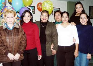 Elizabeth Arellano García disfrutó de una reunión que le ofrecieron sus compañeras de trabajo.