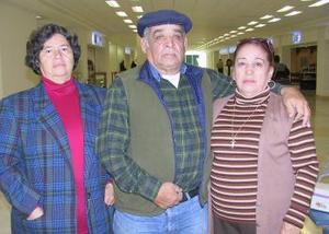 <b>11 de diciembre de 2004</b> <p>  Bertha Méndez viajó a México y fue despedida por Andrés Méndez y Estela Esquivel.