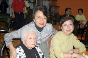 Esther Wah de Yee, Alicia y Gloria Yee Wah.