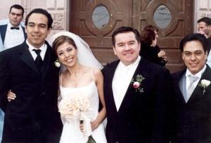 Los felices novios Omar Herrera y Marosil Medina  acompañados de Eduardo y José Medina Rodríguez, hermanos de la novia, el día de su boda.