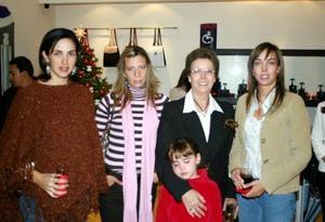 <b>12 de diciembre de 2004</b> <p> Rosario G. de Arias, Rosario Fernández, Rosarín Arias, Susana de Villanueva y Bárbara de Calvillo, en reciente festejo  .