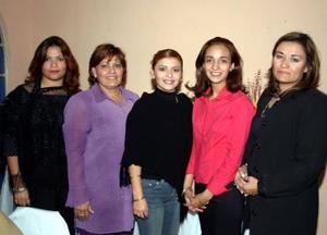 Liliana Pérez García acompañada por las anfitrionas del festejo prenupcial  que le organizaron en días pasados.