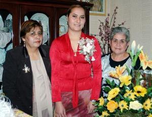 Nadia Cardenas Villegas captada con las organizadoras de su despedida de soltera.