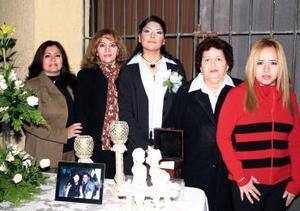 <b>13 de diciembre de 2004</b><p> Xóchitl de la Cruz, disfrutó de una despedida de soltera que le ofrecieron, Delia Vda. de Ortiz, Nidia, Aracely y Lety Ortíz.