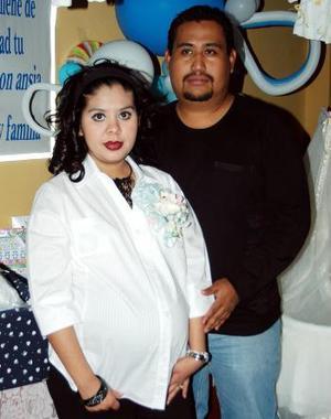 Angie de Rangel en compañía de su esposo Benjamín Rangel esperan la llegada de su bebé.