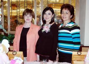<b>12 de diciembre de 2004</b> <p> Beatriz Hayakawa de Ortiz compartió agradable convivio por el próximo nacimiento de su bebé.