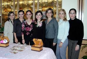 Beatriz Hayakawa de Ortiz compartió agradables momentos con las asistentes a la fiesta de regalos que le ofrecieron, en honor del bebé que espera.