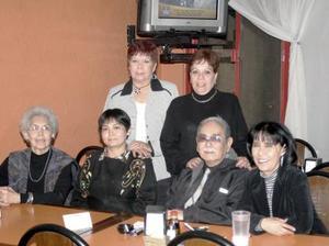 German Wong Sánchez, Consuelo de Wong Sanchez, Carmelita Wong Sánchez, Beatriz Mendoza Wong, Coyito Mendoza Wong y Cuquis Mendoza de Ruíz