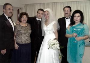 Los novios Mauricio Chibli Bechelani y Bertha Alicia Garza del Valle acompañados de sus respectivos padres.