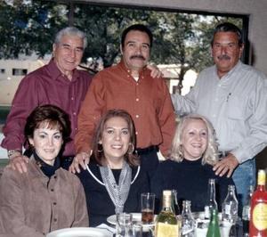 Jorge González Casillas disfrutó de una fiesta con motivo de su cumpleaños, acompañado de amigos