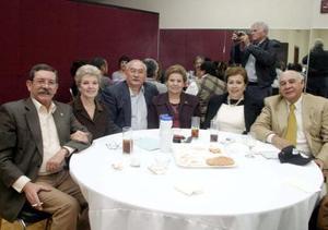 Raúl Mancilla, Montserrat Montaña, Adolfo Fernández, Tata Fernández, Linda Anaya y Raúl Anaya en reciente acontecimiento social.