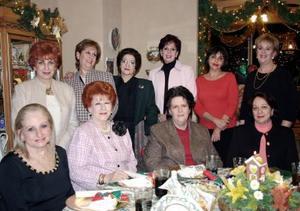 <b>13 de diciembre de 2004</b> <p> Victoria M de Peña, Magda de Abularach, Irma de Jaidar, Patricia de Garcia, Laura de Estrello, Nora de Rubio, Claudia de Froto, Amira de Nuñez, Mary Jaik..