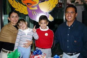 Luis Ernesto Burciaga Luna en compañía de su familia, en la fiesta infantil que le ofrecieron para festejarlo por sus ocho años de vida.