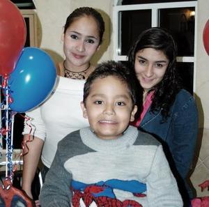Paquito González Rosales acompañado por sus familiares, en la fiesta infantil que le prepararon para festejarlo con motivo de su cumpleaños
