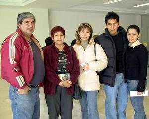 Christian galindo viajó a  Madrid y lo despidieron Erika Palomares, Evelin de Torres, Socorro de Torres y Ricardo Galindo.