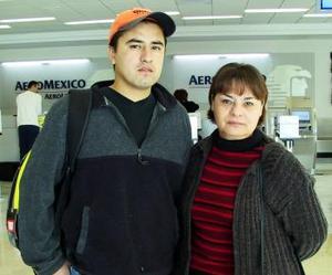 <b>13 de diciembre de 2004</b> <p>  Waldir MartÍnez viajó a Madrid y lo despidió Elizabeth Gallardo.