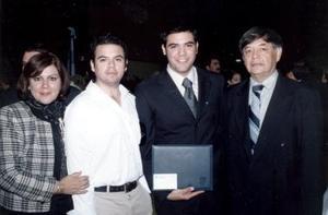 Mauricio Adrian Wong Lozano el día de su graduación en compañía de sus papás Homero Wong y Marcela Lozano de Wong y su hermano Homero