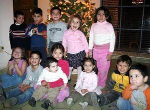 El pequeño Víctor Bretado Rojas rodeado por un grupo de amiguitos en la fiesta infantil que le ofrecieron sus papás