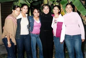 Mónica Vázquez Hernández acompañada por sus primas María José, María Fernanda, Georgina, María y otra amiga