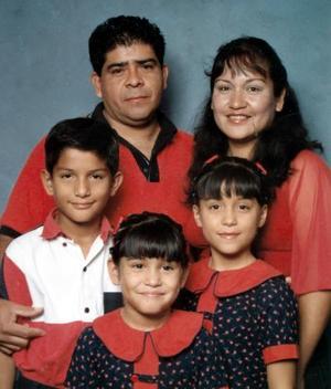 Juan Guerrero y Raquel Názer con sus hijos Iván, Ivonne y Raquel.