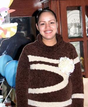 <b>16 de diciembre de 2004</b> <p> Rebeca Campos Martínez recibió lindos regalos para el bebé que espera