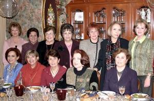 Damas pertenmecientes al Club de los Jueves se reunieron recientemente en casa de Queta Izaguirre, para disfrutar de una bonita posada