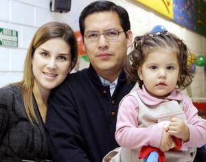 Ana Sofía Aquino Michel acompañada de sus papás el día de su cumpleaños.