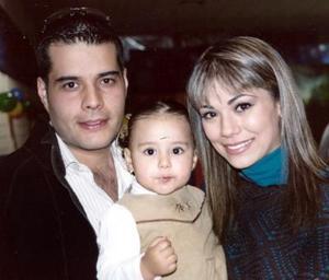 Jiemena Soto González junto a sus papás, óscar Soto Ramos y Brenda González .