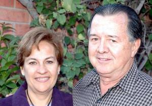 Omar Gutiérrez de Anda en su fiesta de cumpleñaos, en compañía de su esposa Lupita Leal Gutiérrez.
