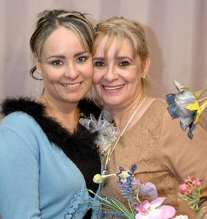 Karla Patricia Picasso Flores, en su despedida de soltera acompañada por su mamá, Patricia Flores