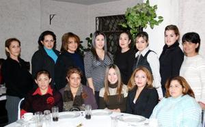 Bertha Galindo de Serrano en compañía de las invitadas a la fiesta de canastilla que le ofrecieron