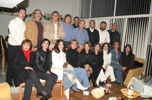 <b>18 de diciembre de 2004</b> <p> Un grupo de amistades en reciente festejo