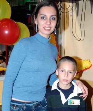 <b>18 de diciembre de 2004</b> <p>  Valente Saavedra Fernández disfrutó de una fiesta infantil que le  organizó su mamá, Diana Fernández Lucero, por su octavo cumpleaños.