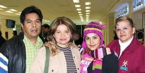 Karen Anahí Ayala, Roberto y Nelly viajaron a Los Ángeles, los despidió su tío Cacho.